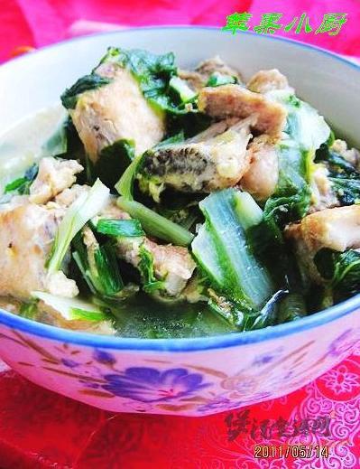 小白菜炖鲈鱼排的做法