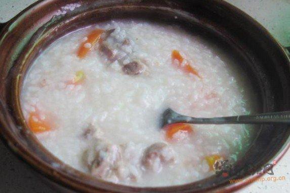 红萝卜猪骨粥的做法