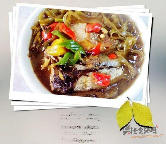 鱼头酸菜炖粉皮的做法