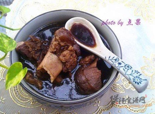 熟地筒骨汤的做法