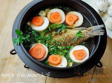 酸辣鲫鱼汤涮饭团的做法